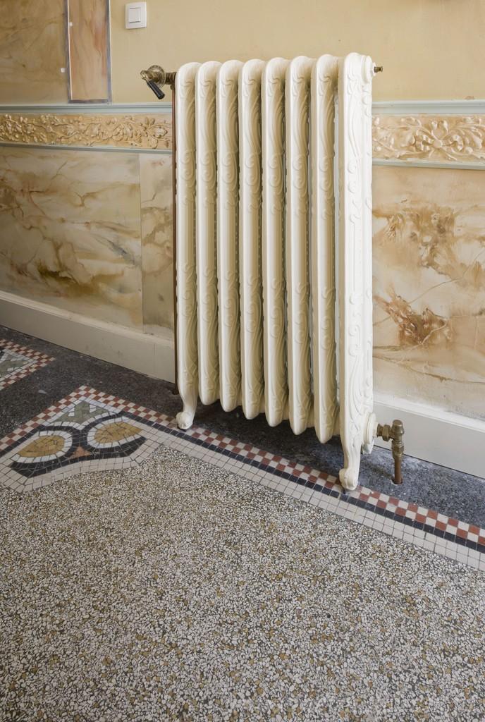 Antieke jugendstil radiator met krullen