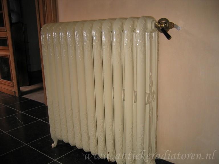 Gebroken wit gietijzeren radiator