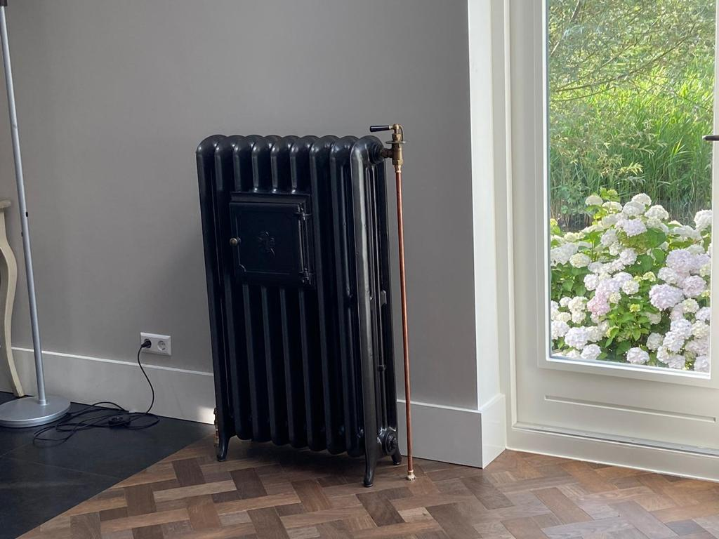 Antiek gietijzeren radiatoren in een donkere kleur