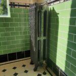 Oude gietijzeren radiator met bloemmotief