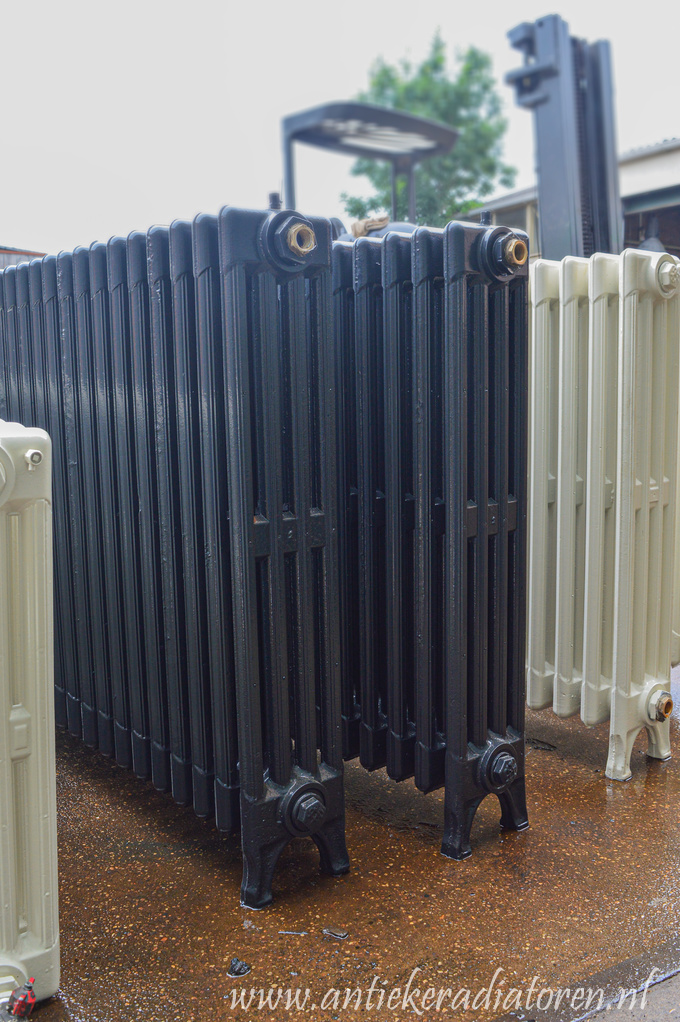 Oude gietijzeren lamellen radiator