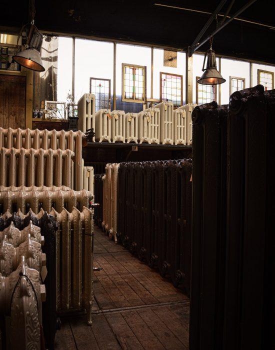 Oude bewerkte radiatoren in de loods
